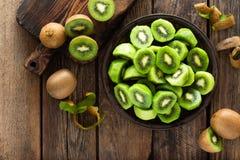 Φρούτα ακτινίδιων στον ξύλινο αγροτικό πίνακα, συστατικό για το καταφερτζή detox στοκ εικόνα με δικαίωμα ελεύθερης χρήσης