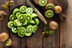 Φρούτα ακτινίδιων στον ξύλινο αγροτικό πίνακα, συστατικό για το καταφερτζή detox στοκ εικόνες με δικαίωμα ελεύθερης χρήσης