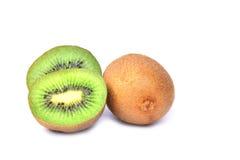 Φρούτα ακτινίδιων και μισά φρούτα ακτινίδιων που απομονώνονται στο άσπρο υπόβαθρο Στοκ Φωτογραφία