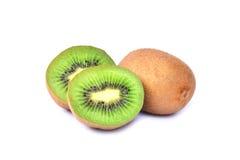 Φρούτα ακτινίδιων και μισά φρούτα ακτινίδιων που απομονώνονται στο άσπρο υπόβαθρο Στοκ φωτογραφία με δικαίωμα ελεύθερης χρήσης
