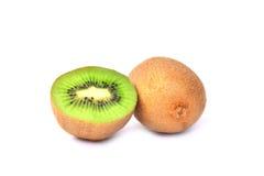 Φρούτα ακτινίδιων και μισά φρούτα ακτινίδιων που απομονώνονται στο άσπρο υπόβαθρο Στοκ Φωτογραφίες