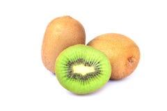 Φρούτα ακτινίδιων και μισά φρούτα ακτινίδιων που απομονώνονται στο άσπρο υπόβαθρο Στοκ Εικόνα