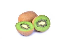 Φρούτα ακτινίδιων και μισά φρούτα ακτινίδιων που απομονώνονται στο άσπρο υπόβαθρο Στοκ εικόνες με δικαίωμα ελεύθερης χρήσης
