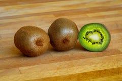Φρούτα ακτινίδιων σε έναν ξύλινο πίνακα Στοκ φωτογραφίες με δικαίωμα ελεύθερης χρήσης