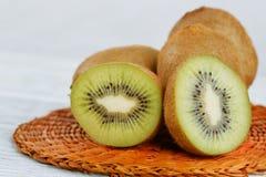 Φρούτα ακτινίδιων στο άσπρο ξύλινο υπόβαθρο Στοκ Εικόνα