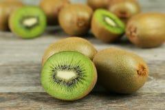 Φρούτα ακτινίδιων στο ξύλινο υπόβαθρο Στοκ εικόνες με δικαίωμα ελεύθερης χρήσης