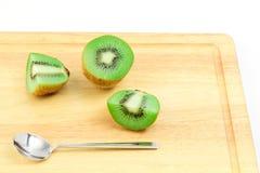 Φρούτα ακτινίδιων της Νίκαιας με το κουτάλι στοκ εικόνα
