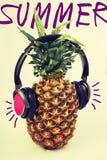 Φρούτα ανανά διασκέδασης θερινής μουσικής με τα ακουστικά στοκ εικόνες