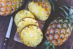 Φρούτα ανανά στον ξύλινο πίνακα, καλοκαίρι φρούτων Στοκ Εικόνα