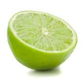 Φρούτα ασβέστη εσπεριδοειδών που απομονώνονται κατά το ήμισυ στην άσπρη διακοπή υποβάθρου Στοκ Φωτογραφία