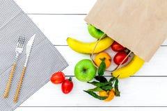 Φρούτα για το πικ-νίκ Apple, μπανάνα, tangerine στην άσπρη ξύλινη τοπ άποψη υποβάθρου Στοκ φωτογραφία με δικαίωμα ελεύθερης χρήσης