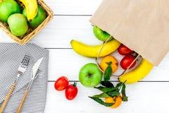 Φρούτα για το πικ-νίκ Apple, μπανάνα, tangerine στην άσπρη ξύλινη τοπ άποψη υποβάθρου Στοκ Φωτογραφία