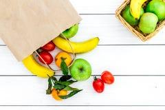 Φρούτα για το πικ-νίκ Apple, μπανάνα, tangerine στην άσπρη ξύλινη τοπ άποψη υποβάθρου Στοκ φωτογραφίες με δικαίωμα ελεύθερης χρήσης