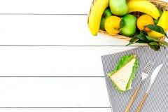 Φρούτα για το πικ-νίκ Apple, μπανάνα, tangerine στην άσπρη ξύλινη τοπ άποψη υποβάθρου copyspace Στοκ Εικόνες