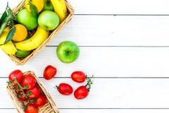 Φρούτα για το πικ-νίκ Apple, μπανάνα, tangerine στην άσπρη ξύλινη τοπ άποψη υποβάθρου copyspace Στοκ φωτογραφίες με δικαίωμα ελεύθερης χρήσης