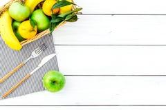 Φρούτα για το πικ-νίκ Apple, μπανάνα, tangerine στην άσπρη ξύλινη τοπ άποψη υποβάθρου copyspace Στοκ εικόνες με δικαίωμα ελεύθερης χρήσης