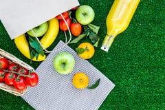 Φρούτα για το πικ-νίκ Apple, μπανάνα, tangerine στην πράσινη τοπ άποψη υποβάθρου χλόης copyspace Στοκ Φωτογραφίες