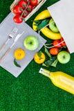 Φρούτα για το πικ-νίκ Apple, μπανάνα, tangerine στην πράσινη τοπ άποψη υποβάθρου χλόης copyspace Στοκ φωτογραφίες με δικαίωμα ελεύθερης χρήσης