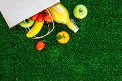 Φρούτα για το πικ-νίκ Apple, μπανάνα, tangerine στην πράσινη τοπ άποψη υποβάθρου χλόης copyspace Στοκ εικόνα με δικαίωμα ελεύθερης χρήσης