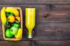 Φρούτα για το πικ-νίκ Apple, μπανάνα, tangerine στη σκοτεινή ξύλινη τοπ άποψη υποβάθρου copyspace Στοκ φωτογραφία με δικαίωμα ελεύθερης χρήσης