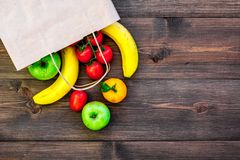 Φρούτα για το πικ-νίκ Apple, μπανάνα, tangerine στη σκοτεινή ξύλινη τοπ άποψη υποβάθρου copyspace Στοκ Εικόνα
