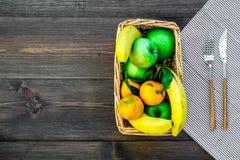 Φρούτα για το πικ-νίκ Apple, μπανάνα, tangerine στο τραπεζομάντιλο και σκοτεινή ξύλινη τοπ άποψη υποβάθρου copyspace Στοκ φωτογραφία με δικαίωμα ελεύθερης χρήσης