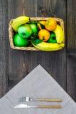 Φρούτα για το πικ-νίκ Apple, μπανάνα, tangerine στο τραπεζομάντιλο και σκοτεινή ξύλινη τοπ άποψη υποβάθρου Στοκ φωτογραφία με δικαίωμα ελεύθερης χρήσης