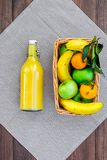 Φρούτα για το πικ-νίκ Apple, μπανάνα, tangerine στο τραπεζομάντιλο και σκοτεινή ξύλινη τοπ άποψη υποβάθρου copyspace Στοκ Εικόνες