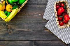 Φρούτα για το πικ-νίκ Apple, μπανάνα, tangerine στο τραπεζομάντιλο και σκοτεινή ξύλινη τοπ άποψη υποβάθρου copyspace Στοκ Εικόνα