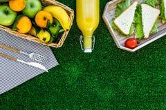 Φρούτα για το πικ-νίκ Apple, μπανάνα, tangerine στο τραπεζομάντιλο στην πράσινη τοπ άποψη υποβάθρου χλόης copyspace Στοκ εικόνα με δικαίωμα ελεύθερης χρήσης