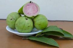 Φρούτα γκοϋαβών της Apple και φύλλα στοκ εικόνες