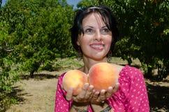 Φρούτα επιλογής brunette Cheerfull Στοκ Εικόνες