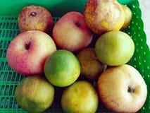 Φρούτα η πορτοκαλιά Apple στο καλάθι Στοκ φωτογραφία με δικαίωμα ελεύθερης χρήσης