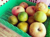 Φρούτα η πορτοκαλιά Apple στο καλάθι Στοκ φωτογραφίες με δικαίωμα ελεύθερης χρήσης
