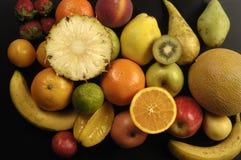 Φρούτα, διάφοροι τύποι φρούτων σε ένα μαύρο υπόβαθρο στοκ εικόνες