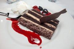 Φρούτα κέικ σοκολάτας και έρημος παγωτού με την κόκκινη σάλτσα Στοκ Εικόνα