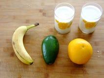 Φρούτα και ένα κοκτέιλ Στοκ Εικόνες