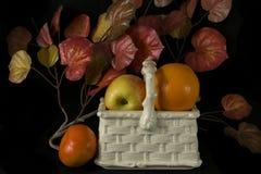 Φρούτα και αρχαία αγγειοπλαστική Στοκ Φωτογραφία