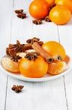 Φρούτα και αστέρι του γλυκάνισου και της κανέλας σε ένα άσπρο πιάτο Στοκ Εικόνες