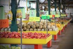 Φρούτα και λαχανικά για την πώληση στην αγορά Στοκ Φωτογραφία
