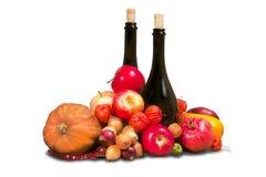 Φρούτα και λαχανικά με τα μπουκάλια Στοκ εικόνα με δικαίωμα ελεύθερης χρήσης