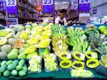 Φρούτα και λαχανικά που πωλούνται σε ένα παντοπωλείο στοκ εικόνα με δικαίωμα ελεύθερης χρήσης