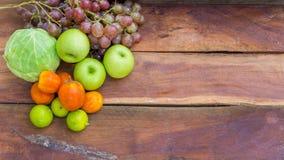 Φρούτα και λαχανικά στο ξύλινο υπόβαθρο Στοκ Εικόνες