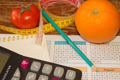 Φρούτα και βιταμίνες με τη μέτρηση της ταινίας σχέδιο σιτηρεσίου Η έννοια της απώλειας βάρους, του wellness και του υγιούς τρόπου Στοκ φωτογραφία με δικαίωμα ελεύθερης χρήσης