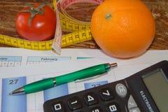 Φρούτα και βιταμίνες με τη μέτρηση της ταινίας σχέδιο σιτηρεσίου Η έννοια της απώλειας βάρους, του wellness και του υγιούς τρόπου Στοκ εικόνα με δικαίωμα ελεύθερης χρήσης