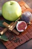 Φρούτα και καρυκεύματα στο χαλί Στοκ φωτογραφία με δικαίωμα ελεύθερης χρήσης
