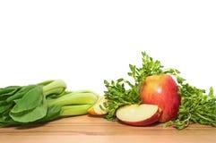 Φρούτα και λαχανικά για το καταφερτζή για την απώλεια βάρους σε ένα ξύλινο γ Στοκ εικόνες με δικαίωμα ελεύθερης χρήσης