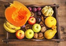 Φρούτα και λαχανικά πτώσης που συγκομίζουν στον ξύλινο δίσκο, τοπ άποψη ο Στοκ Εικόνες