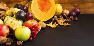 Φρούτα και λαχανικά πτώσης που συγκομίζουν στον ξύλινο δίσκο, κολοκύθες, Στοκ Εικόνα