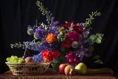 Φρούτα και λουλούδια Στοκ Εικόνα